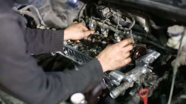 Mechanik odšroubujte šrouby motorového vozidla