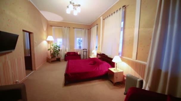 vnitřní ložnice s postelí
