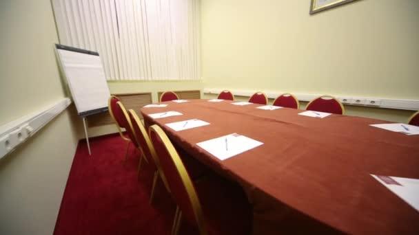Ovális asztal üres konferenciaterem