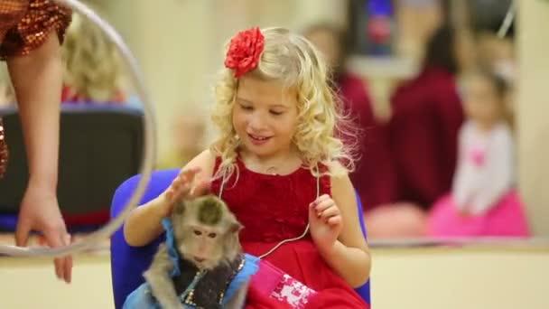 Malá blondýnka s opicí