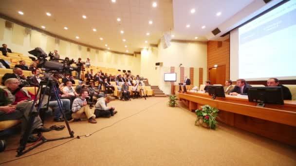 Novináři fotografovali reproduktory na prezentaci