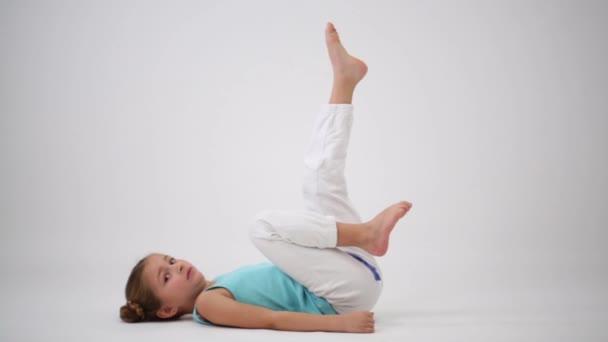 Malá holka dělá gymnastických cvičení