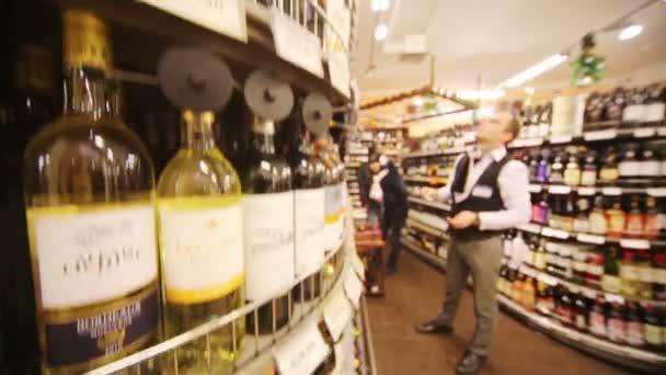Víno na policích v supermarketu Bahetle