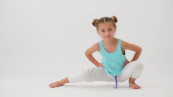 a lány teszi gimnasztikai gyakorlat