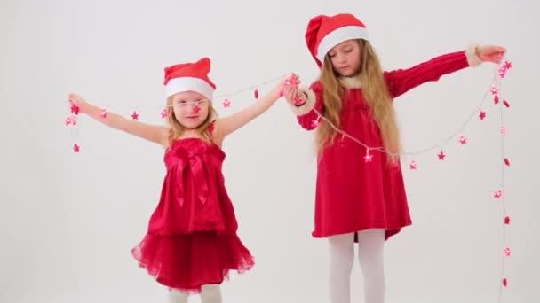 Dvě dívky v Santa Claus čepice