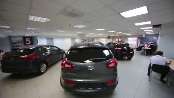 Hala s tmavými vozy v kanceláři obchodu