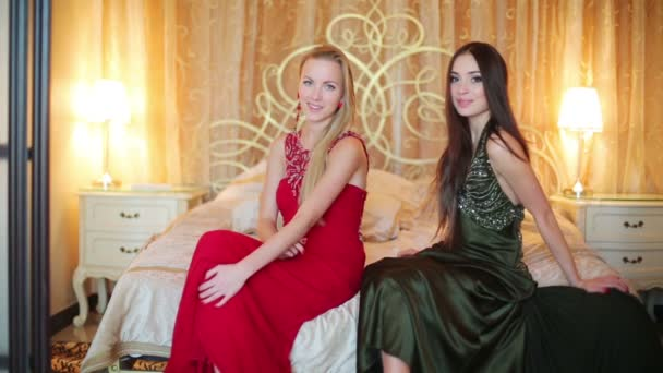 két fiatal lányok gyönyörű ruhákat