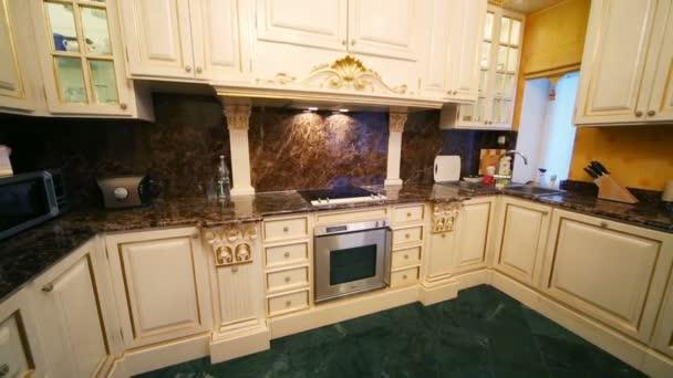 Kuchyně s nábytkem v klasickém stylu