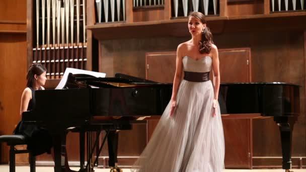 Frau-Pianist spielt Klavier und Sänger