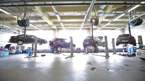 Two cars goes down at hoist