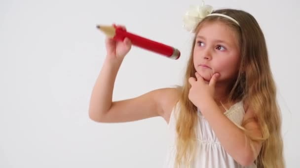 Aranyos kis lány piros ceruzával