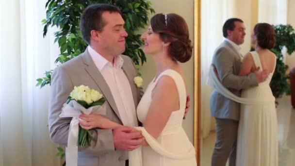 Happy krásná nevěsta a ženich polibky