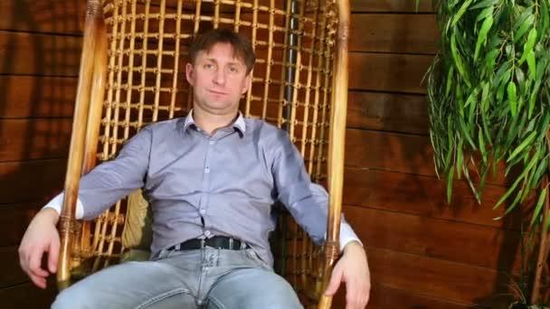 Muž sedí na houpačce