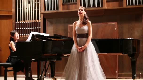 Frau Pianist und Oper Sänger