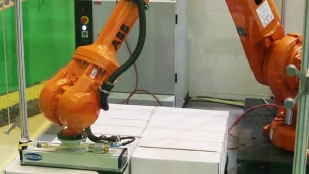 Robota přesouvá kartony na Agroprodmash