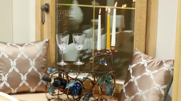 Láhev vína, brýle a svíčky