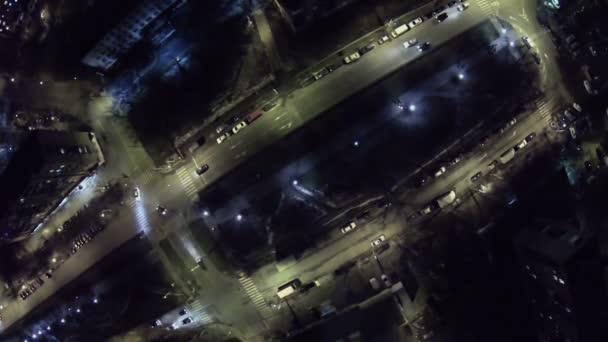 Corsa di automobili da strada con illuminazione notturna u2014 video