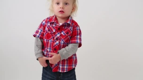 Milý chlapeček s moderní oblečení