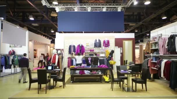 Kupující a prodávající v oblečení ukládat v Moskvě.