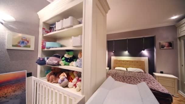 Bílá postýlka a ložnice