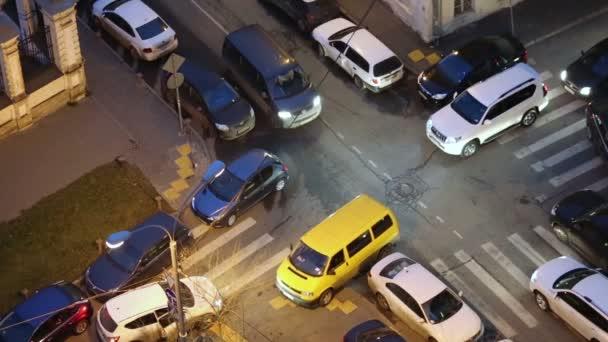 Jam auta na křižovatce úzkých uliček
