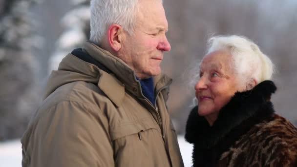 Šťastný starší manžel a manželka úsměv