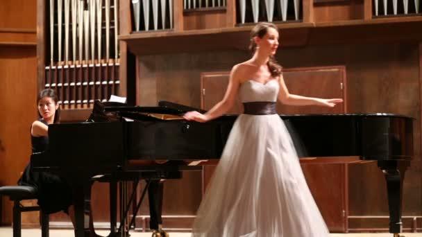 operní pěvkyně žena po výkonu