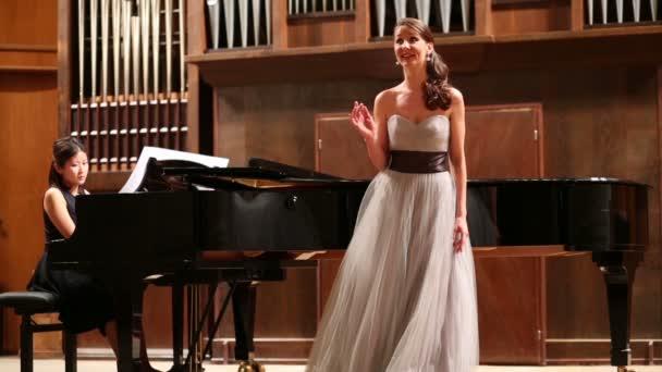 Anmutige Pianistin und Opernsängerin