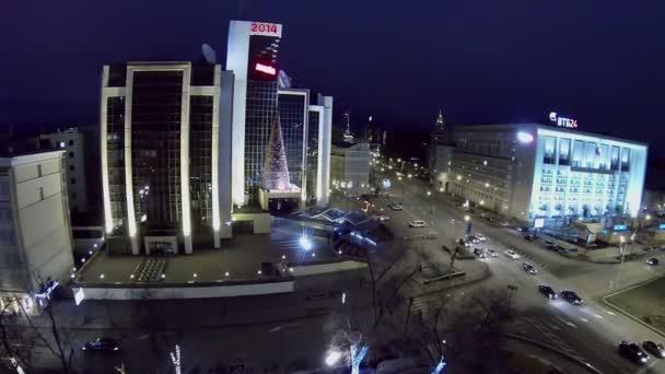 Provoz v ulici nedaleko budovy Lukoil společnost