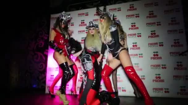 Kostümshow auf der Bühne bei Party