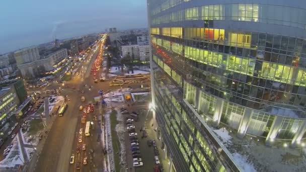 Městská doprava v blízkosti kancelářského stavitelství