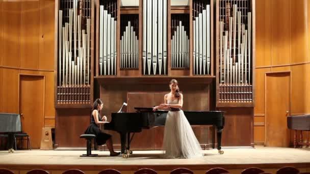 Hraje pianista a zpěvák zpívá