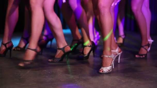 Nohy dívek v botách