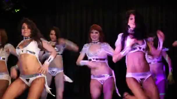 Krásky v sexy kostýmy tanec