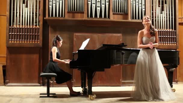 Pianist plays and singer sings opera