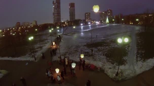 Lidé spustit japonské lucerny