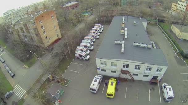 Městská sektor s havarijní auta zaparkovaná