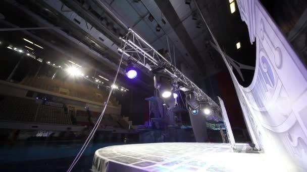 Kovový rámeček práce s osvětlovací zařízení