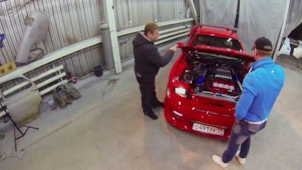 Dva muži zavřít kapotu auta