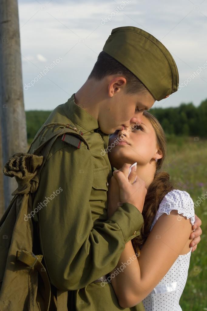 Девушка провожает солдата картинка