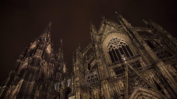Kathedrale in Köln mit Wolken und Himmel bei Nacht, Deutschland, timelapse
