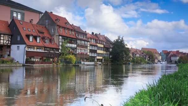 Řeka a vintage domy v Bamberg, Německo, timelapse