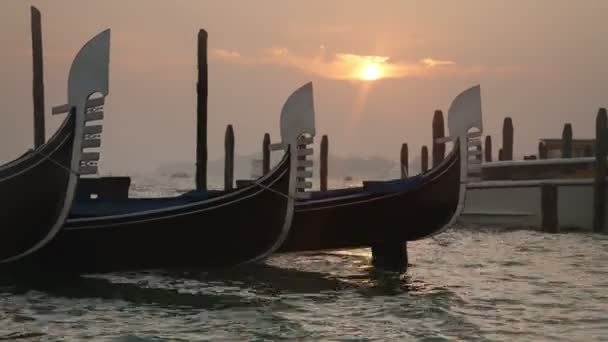 benátské gondoly vázán poblíž pier na san marco náměstí na východ slunce, Benátky, Itálie