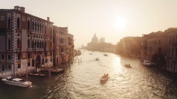 Lodě a budovy na kanálu Grand za úsvitu, Benátky, Itálie