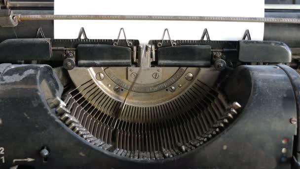 Tisk textu muž s psacím strojem, detailní zobrazení