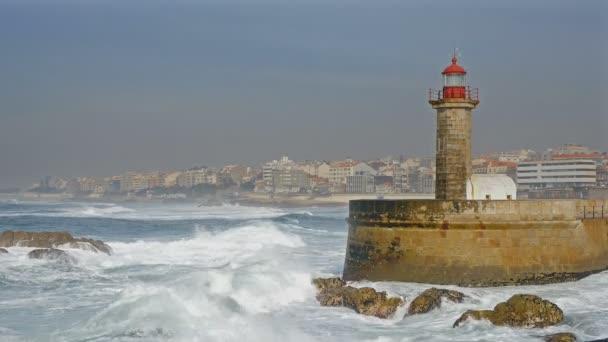 Maják Felgueirasin Porto s vlnami a panoráma, slunečný den
