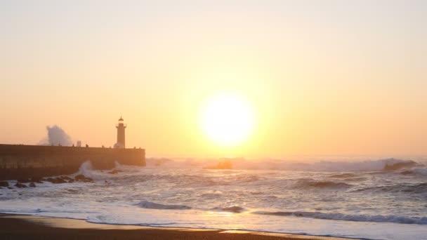 Világítótorony Felgueirasin Porto a hullámok és a nap, a naplemente