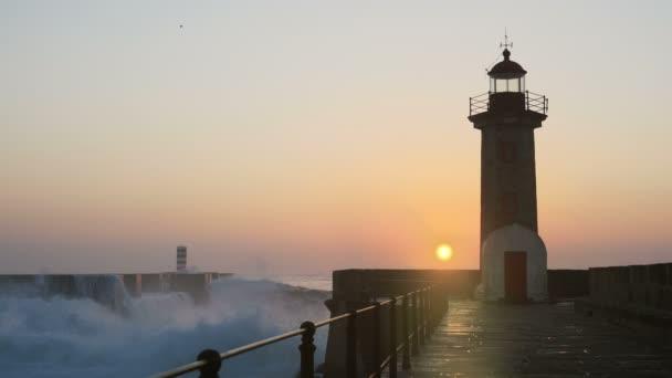 Maják Felgueirasin Porto s vln a slunce při západu slunce