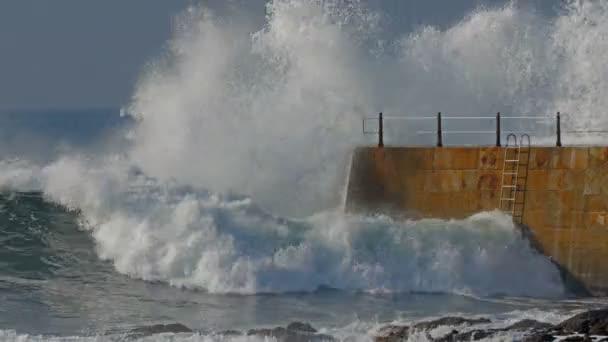 Pier majáku s vlnami, slunečný den