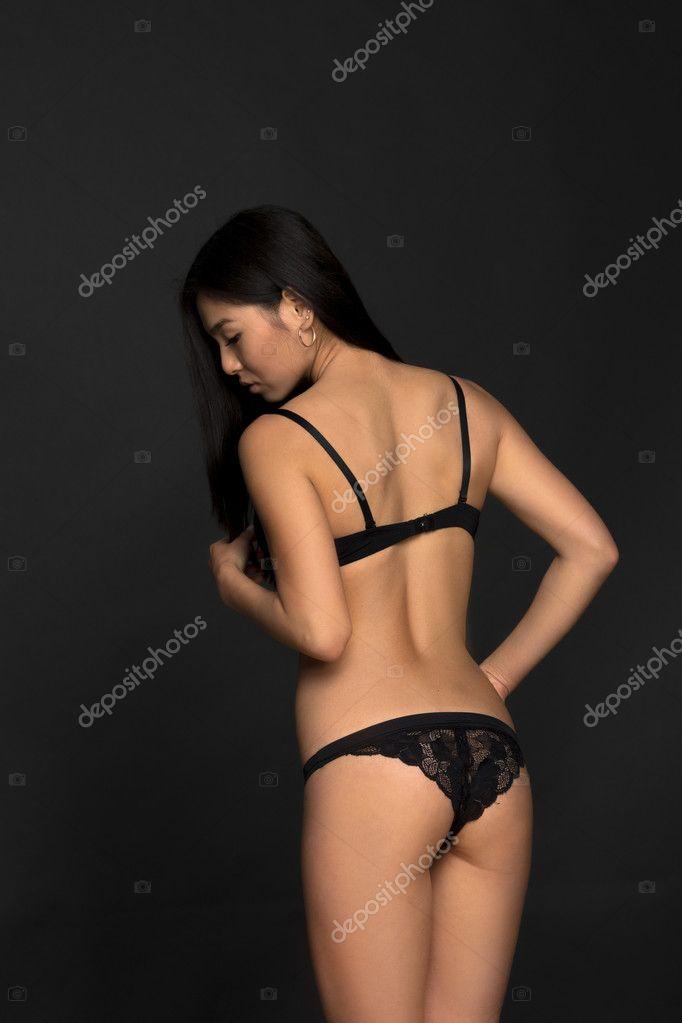 609e9d482cbb9 Modelo asiático de moda em lingerie em estúdio — Fotografia de Stock